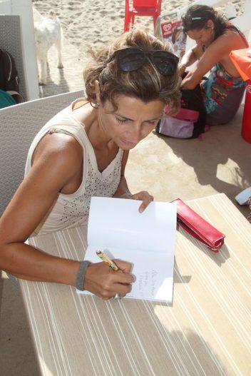 Firma copie sotto il sole della Dog Beach