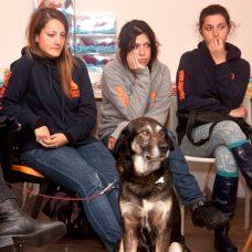 Le ragazze del centro cinofilo AKA DOG con Bau alla libreria Gulliver di Livorno