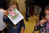 Una bimba mostra la sua copia firmata!